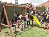 Un lote lleno de basura es ahora un pequeño parque infantil