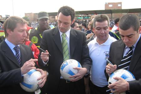 El saque de honor fue para los presentadores de «Fútbol para Todos»