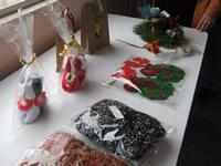 Adultos mayores elaboran artesanías decembrinas