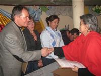Alcaldía entrega títulos de propiedad a habitantes del barrio Las Ferias