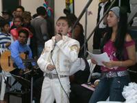 Música y danza durante la celebración del Día del amor y la amistad en la Fundación Gens Mundi