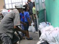 Con mercados y ropa nueva, la comunidad de Altos de la Florida recibe el 2011