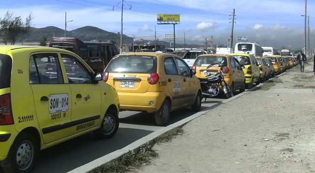 Taxistas de Soacha continúan protestando en la Autopista Sur