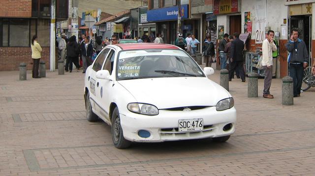Conductores de 'carritos blancos' protestan por el vencimiento del Decreto 118 de 2009