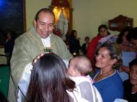 Conmovedora despedida del párroco de Cien Familias