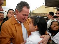 Seguidores del alcalde Ernesto Martínez lo recibieron en el parque principal