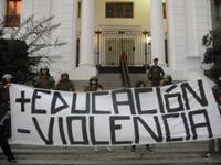 Chile: Estudiantes demandan una educación gratuita, de calidad, que sus escuelas sean administradas por entes estatales, mayores recursos para los institutos de educación técnica