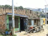 Alud de tierra cae sobre vivienda en el barrio Villa Julia