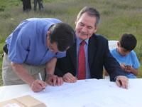 Alcalde Martínez firma legalización del barrio  El Mirador