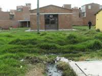 En Hogar del Sol hay un jardín infantil rodeado de aguas negras
