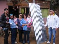 Alcalde entrega ayudas a familias afectadas por el invierno