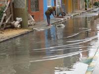 Habitantes de Santa Ana bloquean vía por inundación de sus calles