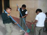 Premian a estudiantes que cuidan sus colegios