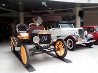 Colección de carros antiguos y un Ferrari en Bogotá