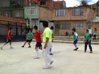 Jóvenes de Panorama pintan la cancha del barrio y reciben ayudas deportivas