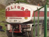 ¡Peligro!, es la palabra impresa en los carrotanques que transportan agua en Maiporé