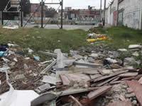 Estudiantes de Nuevo Compartir deben transitar en medio de escombros y aguas negras