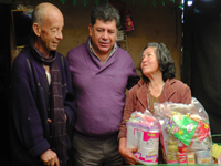 Alcalde municipal entrega ayudas a 73 familias de todo el municipio