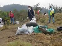 Se extraen 75 toneladas de escombros y residuos del humedal Tierra Blanca de Soacha