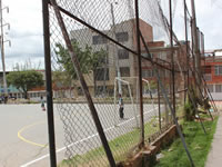 El óxido carcome la cancha múltiple del barrio La Amistad de  Soacha