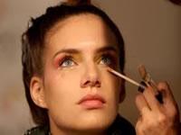 Una de cada cuatro mujeres sufre trastornos oculares por el maquillaje