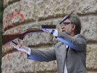 Mockus destruyó fusil en acto de apoyo al sí por el plebiscito