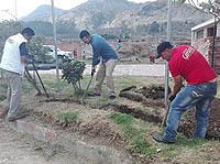 Con pico y pala junta comunal de Soacha recupera su parque principal