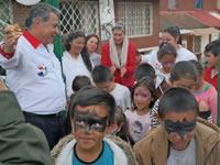 Entre sonrisas, Cazuca estrena parque infantil