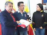 Alcaldía de Soacha entrega bandera a grupo Amanecer Colombiano