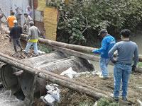 Sin el apoyo de la alcaldía, habitantes de Soacha construyen puente artesanal