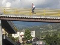 Trancón en  Fusa  por   hombre que pretendía suicidarse desde un puente