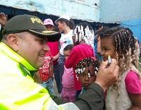 Policía de Soacha sigue llevando alegría a comuna cuatro