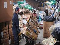 ¿Cuánto le pagan (realmente) a un reciclador por un kilo de cartón en Colombia?