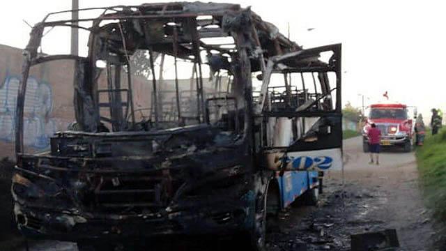 Asaltan y queman bus a la salida de Soacha