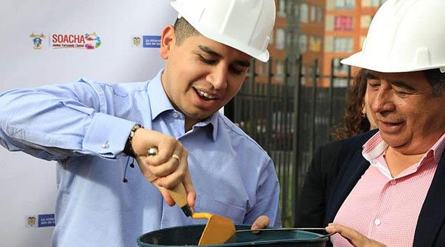 Ministro de Vivienda y alcalde de Soacha colocan primera piedra en nuevo colegio de Ciudad Verde