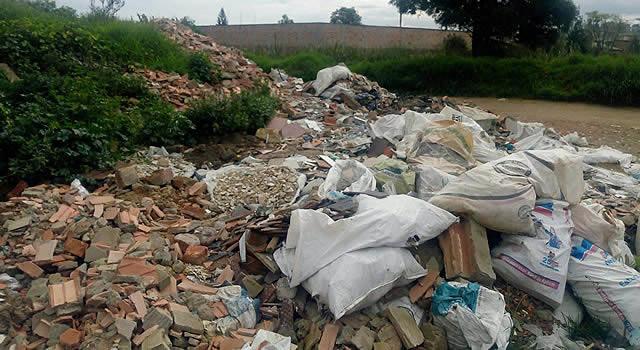 ¿Quién controla los residuos de construcción y demolición en Soacha?