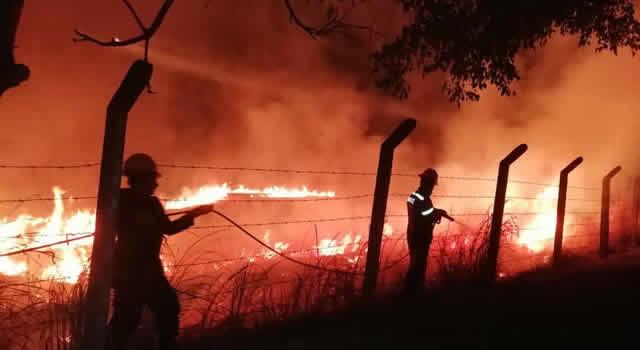 Incendio en Nimaima amenaza escuela rural del municipio
