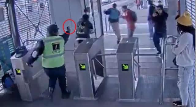 Despiden a vigilante que impidió  ingreso de colados armados a Transmilenio