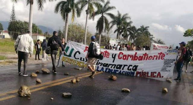 Encapuchados originan cierre de vía Bogotá-Girardot