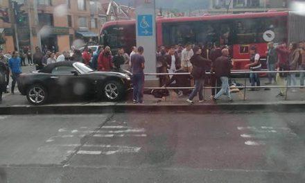 Dos heridos en choque de lujoso carro contra estación Flores en Bogotá