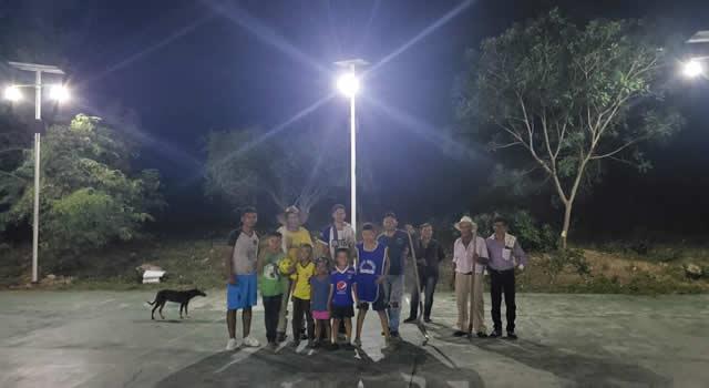 Con postes solares, Jerusalén luce por primera vez iluminación nocturna en lugares apartados