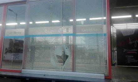Vándalos destruyen vidrios de la estación Transmilenio  de San Mateo en Soacha