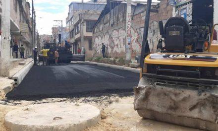 En Soacha se pavimenta vía que duró 25 años en mal estado