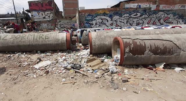 Tubos del acueducto dejados en el piso son blanco de críticas en Soacha