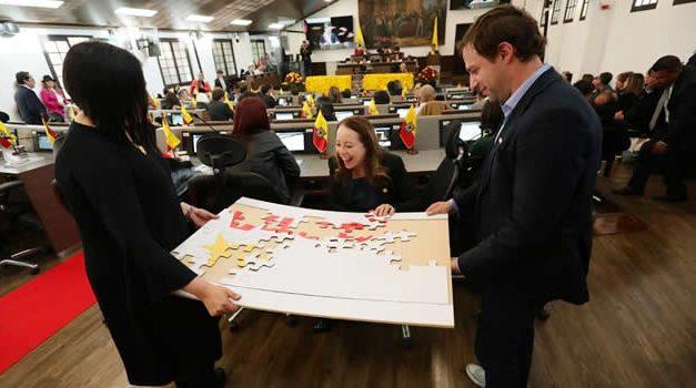Con rompecabezas simbólico, alcaldesa invita a concejales a trabajar unidos