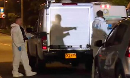 Médico que le disparó a presuntos ladrones en Bogotá entregó arma y salvoconducto