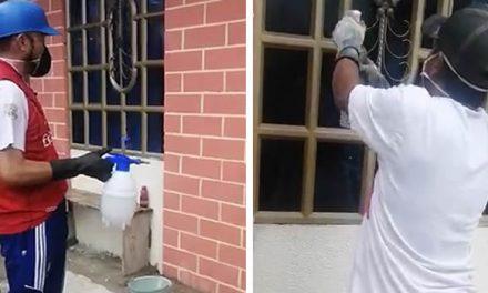 La iniciativa de un líder de Soacha para desinfectar fachadas de casas y negocios