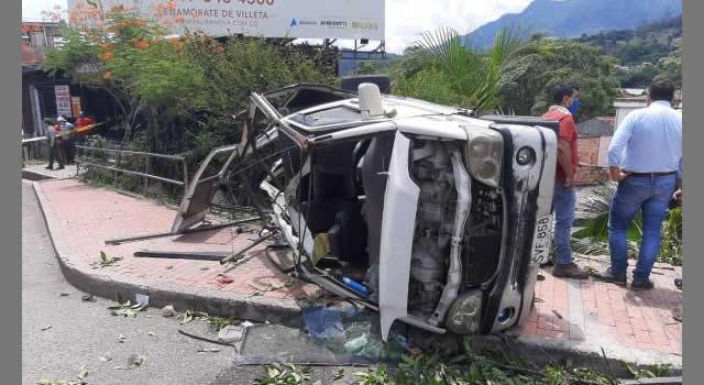 Camión sin frenos se fue encima de una casa en Villeta
