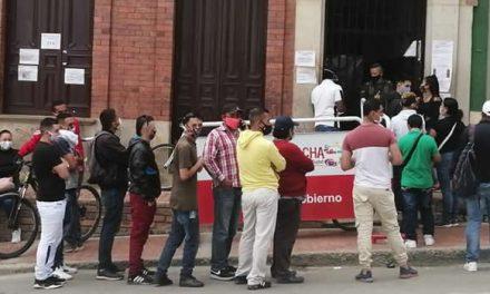 Denuncian faltan de protocolos en filas de ingreso a la Registraduría de Soacha