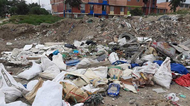 Escombros y basuras en una de las vías de Soacha
